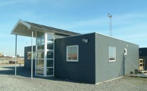 Byggeriet består af 3 moduler placeret omkring en mellembygning, der udgør byggeriets indgang.