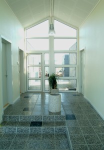 Indgangspartiet er udført i glas.