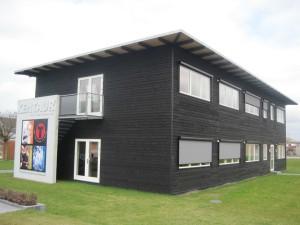 Udvendig er der monteret solafskærmning, der kan rulles for vinduerne efter behov.