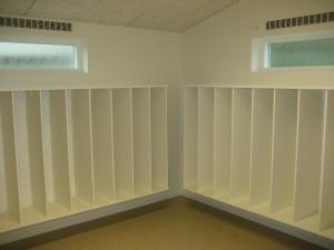 Gulvet er beklædt linoleum, som er et holdbart og slidstærkt materiale til institutionsbrug.