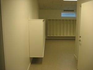 Fra fabrikken er der monteret køkken og børnegarderober i hvide elementer samt badeværelser.